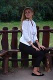 Ragazza che posa seduta Fotografia Stock