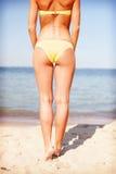 Ragazza che posa sulla spiaggia Fotografie Stock Libere da Diritti