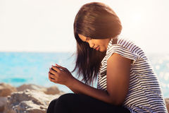 Ragazza che prega in natura fotografia stock libera da diritti