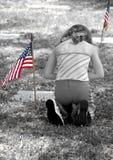 Ragazza che prega nel cimitero Fotografia Stock