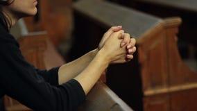 Ragazza che prega nella chiesa stock footage
