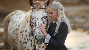 Ragazza che prende cura del suo cavallo, terapia con i cavalli - terapia dell'ippopotamo - immagine archivi video