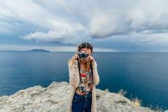 Ragazza che prende le immagini all'aperto su una macchina fotografica Fotografia Stock Libera da Diritti