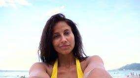 Ragazza che prende selfie sul mare Immagine Stock Libera da Diritti