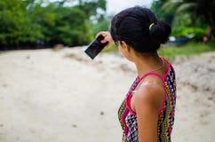 Ragazza che prende un'immagine dell'auto su una spiaggia Fotografie Stock
