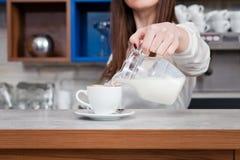 Ragazza che prepara caffè in un barista del caffè Fotografie Stock