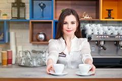 Ragazza che prepara caffè in un barista del caffè Immagini Stock