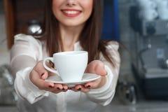 Ragazza che prepara caffè in un barista del caffè Immagine Stock