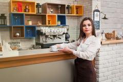 Ragazza che prepara caffè in un barista del caffè Fotografie Stock Libere da Diritti