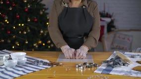 Ragazza che prepara i biscotti del pan di zenzero per il Natale stock footage