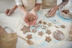 Ragazza che presenta forma fatta da sé di pasta in mani Immagini Stock