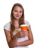 Ragazza che presenta una tazza di caffè Fotografia Stock