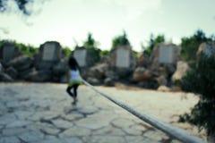 Ragazza che prova ad entrare in distanza come ha legato da una corda Fotografia Stock