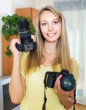 Ragazza che prova le macchine fotografiche professionali Immagini Stock