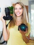 Ragazza che prova le macchine fotografiche professionali Fotografia Stock