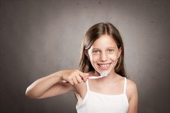 Ragazza che pulisce i suoi denti Fotografia Stock Libera da Diritti