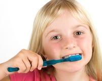 Ragazza che pulisce i suoi denti immagini stock libere da diritti