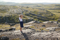Ragazza che respira aria fresca in montagne del nord Immagini Stock
