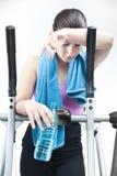 Ragazza che riposa dopo il cardio allenamento Immagine Stock