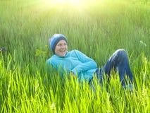 Ragazza che riposa sull'erba Immagine Stock