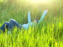 Ragazza che riposa sull'erba Immagini Stock Libere da Diritti