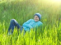 Ragazza che riposa sull'erba Fotografie Stock Libere da Diritti