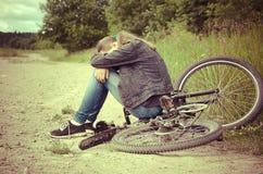 ragazza che riposa sulle ragazze del motociclista della natura Fotografia Stock