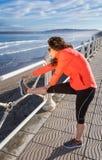 Ragazza che riscalda prima dell'correre in una passeggiata Fotografie Stock