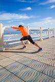Ragazza che riscalda prima dell'correre in una passeggiata Immagine Stock Libera da Diritti