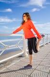 Ragazza che riscalda prima dell'correre in una passeggiata Fotografia Stock Libera da Diritti
