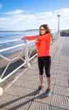 Ragazza che riscalda prima dell'correre in una passeggiata Fotografia Stock