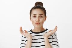 Ragazza che ritiene abbastanza guardante in specchio Ritratto di bella donna girly con il fronte femminile, le labbra pieganti e  Fotografia Stock Libera da Diritti