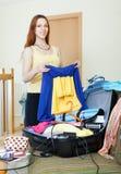 Ragazza che sceglie i vestiti per resto Fotografia Stock Libera da Diritti