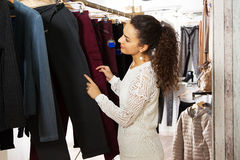 Ragazza che sceglie nuovo indumento immagine stock