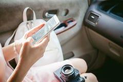 Ragazza che scrive SMS sul telefono Fotografie Stock