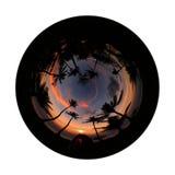 Ragazza che si accampa da solo sulla spiaggia della noce di cocco con il bello cielo di alba Fotografia Stock Libera da Diritti