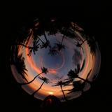 Ragazza che si accampa da solo sulla spiaggia della noce di cocco, immagine di progettazione del cerchio Immagine Stock