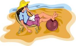 Ragazza che si distende sulla spiaggia Immagini Stock Libere da Diritti
