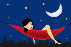 Ragazza che si distende in un hammock sulla priorità bassa della città Fotografie Stock Libere da Diritti