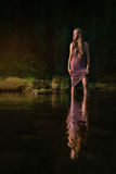 Ragazza che si leva in piedi nell'acqua Fotografie Stock