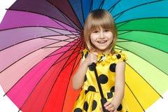 Ragazza che si leva in piedi sotto l'ombrello variopinto Fotografia Stock Libera da Diritti
