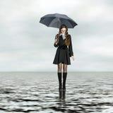 Ragazza che si leva in piedi sull'acqua Immagini Stock