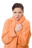 ragazza che si leva in piedi in un grembiule arancione Fotografia Stock Libera da Diritti