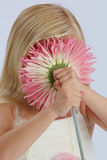 Ragazza che si nasconde dietro il fiore dentellare Fotografie Stock