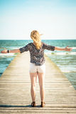 Ragazza che si rilassa alla spiaggia Immagine Stock Libera da Diritti