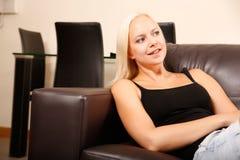 Ragazza che si rilassa su un sofà Fotografia Stock Libera da Diritti
