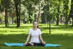 Ragazza che si rilassa in un parco verde Immagini Stock Libere da Diritti