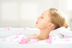 Ragazza che si rilassa in vasca Fotografie Stock