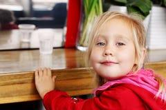 Ragazza che si siede in caffè Fotografia Stock Libera da Diritti
