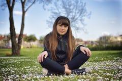 Ragazza che si siede nel parco Fotografia Stock Libera da Diritti